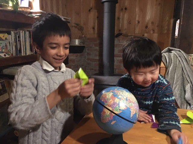 息子と、ロンドンから来たインド系イギリス人のムハンマド君。よく遊んでもらい、絵本をプレゼントしてもらい、帰国後もビデオレターが届きました。