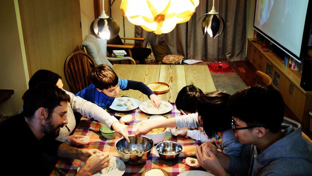 和気あいあいとテーブルを囲んで作る餃子は味も格別。