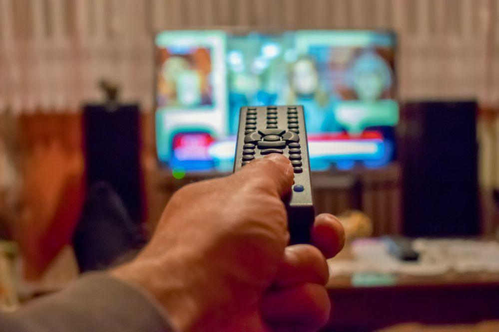 Como você gerencia os serviços de entretenimento em sua TV na sua acomodação?