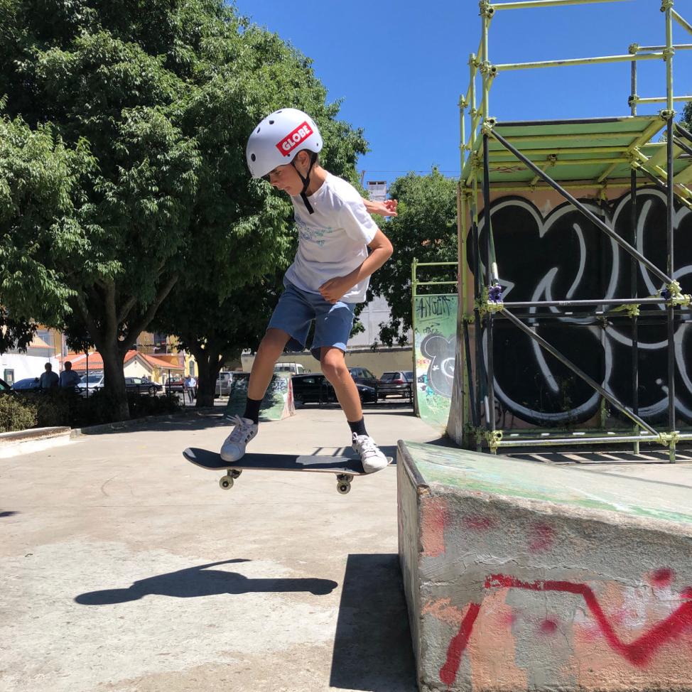 Un des garçons faisant du skate dans un parc près de leur logement au Portugal.