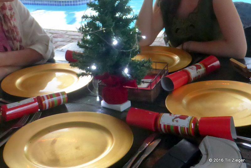 Weihnachtsessen in einem Airbnb mit Knallbonbons