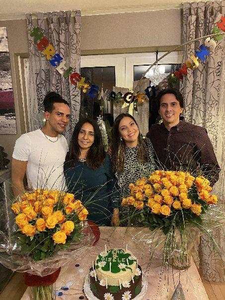 Vera mit drei Kindern zusammen
