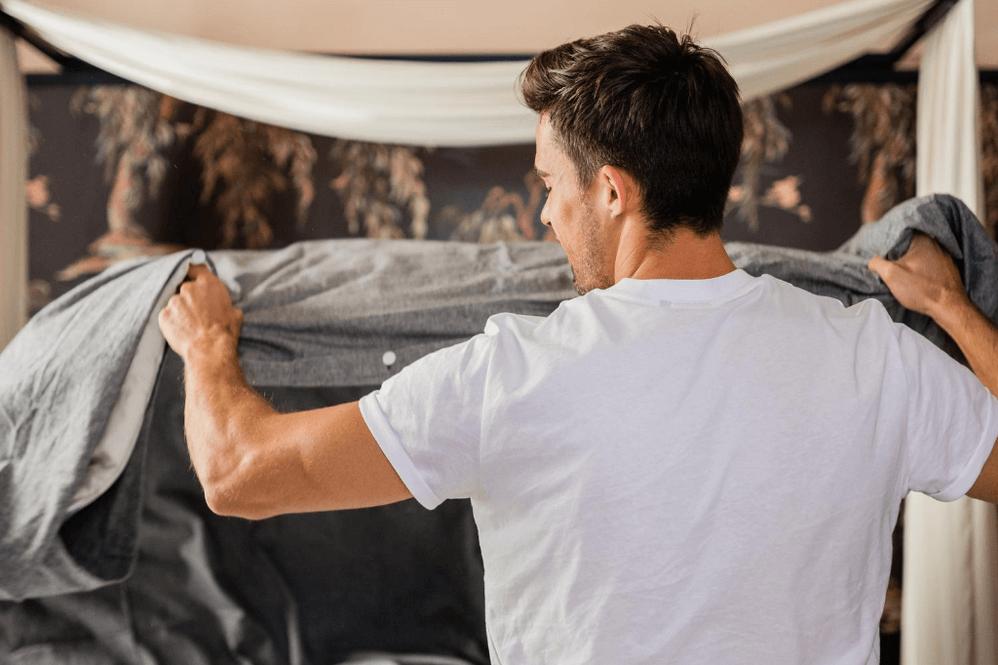 Bettdecke beziehen: Mit diesem Trick geht's viel schneller und rette dein Leben