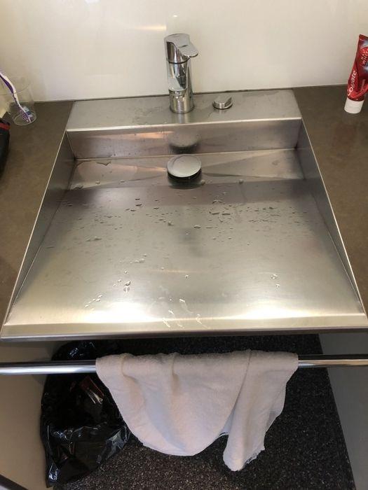 Waschbecken dort, eventuell stylisch, aber wenig praktikabel zu nutzen und zu reinigen
