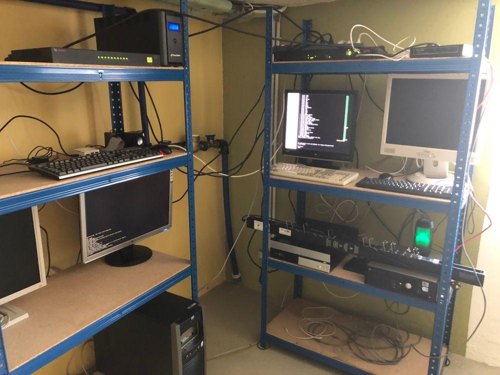 Im Keller in Lebach sind schon einige Computer am Laufen.