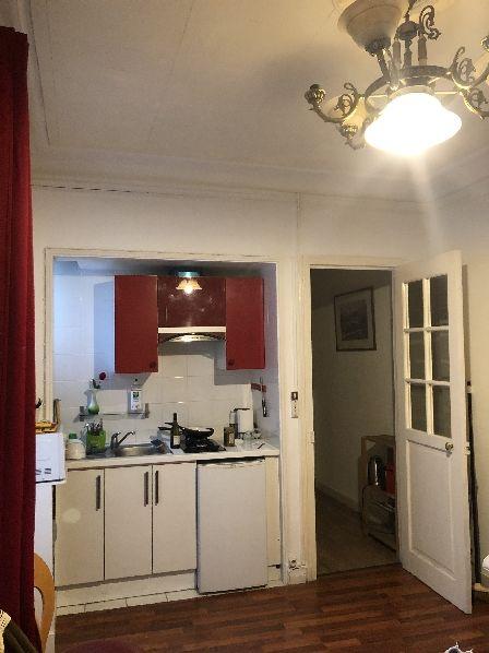 Kueche / Wohnzimmer in unsere Airbnb-Altbauwohnung